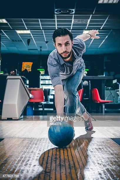 Mann werfen Bowlingkugel