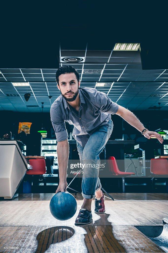 Mann werfen Bowlingkugel : Stock-Foto