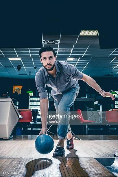 Man 投げるボーリングボール