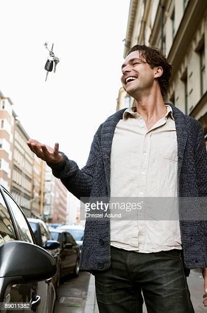 man throwing keys in the air - arremessar - fotografias e filmes do acervo