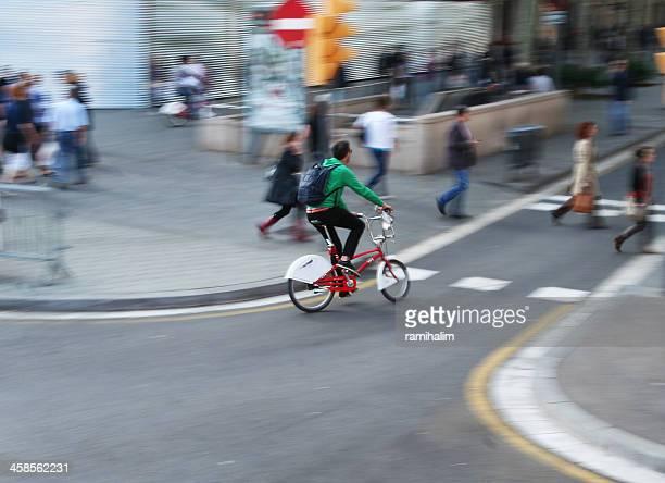 Hombre pasea en bicicleta a la ciudad