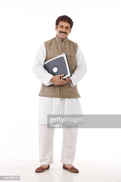 man traditionally dressed holding a laptop - indischer politiker stock-fotos und bilder
