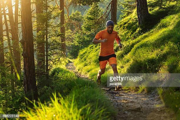 Mann Laufen im Wald