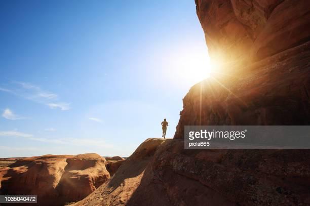 男 trailrunning アーチーズ国立公園: デリケート ・ アーチ - クロスカントリー競技 ストックフォトと画像