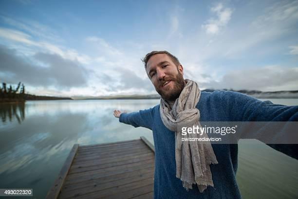 Homme prenant selfie photo de votre voyage dans la nature