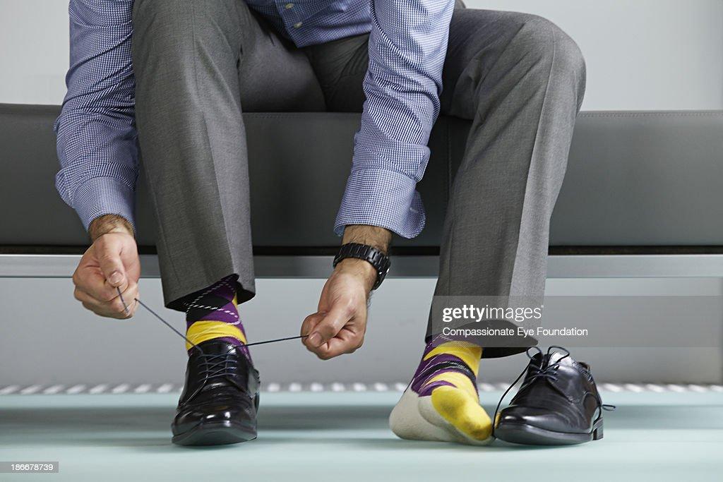 Man tying shoe laces : Stock-Foto