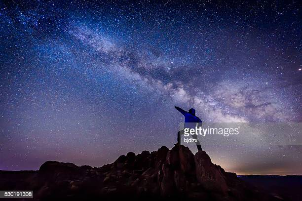 Homem sob a Via Láctea Galáxia