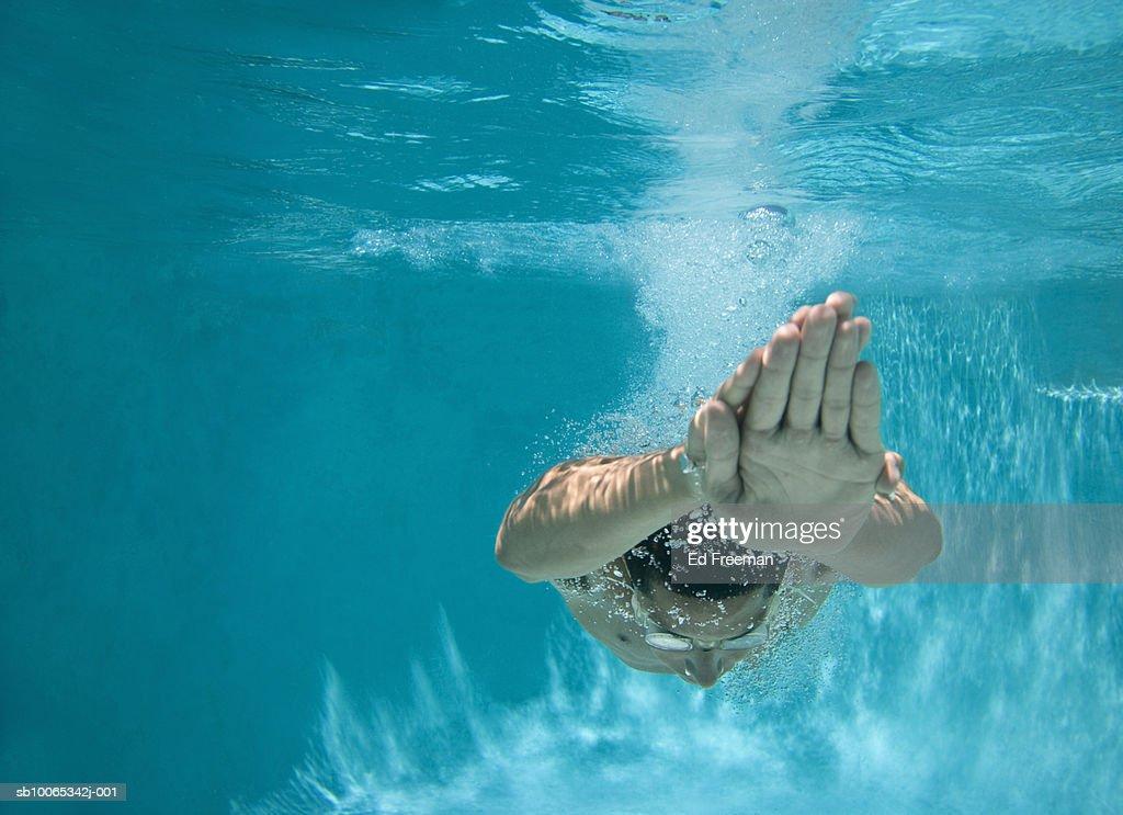 Man underwater diving : Foto stock