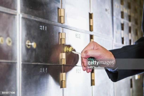 セーフティ ボックスのロックを解除する男