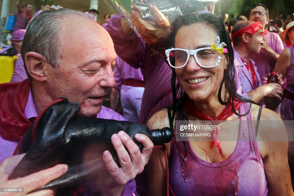 SPAIN-TRADITION-TOURISM-FESTIVAL-BATTLE-WINE : News Photo
