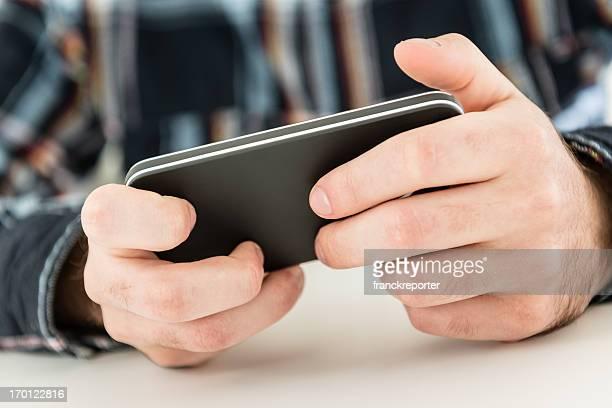 男性のスマートフォンを使用して、