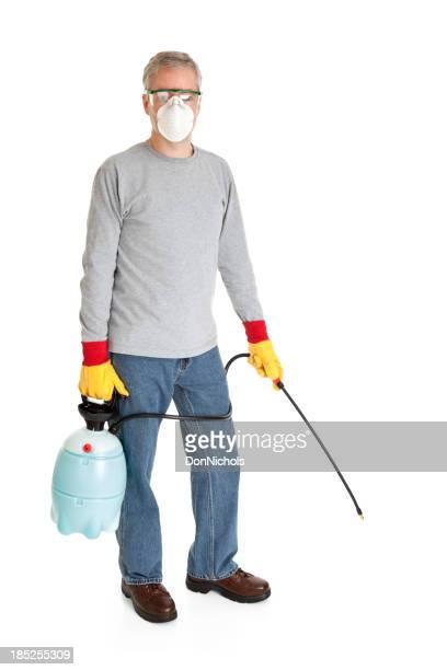 Homme utilisant un pulvérisateur