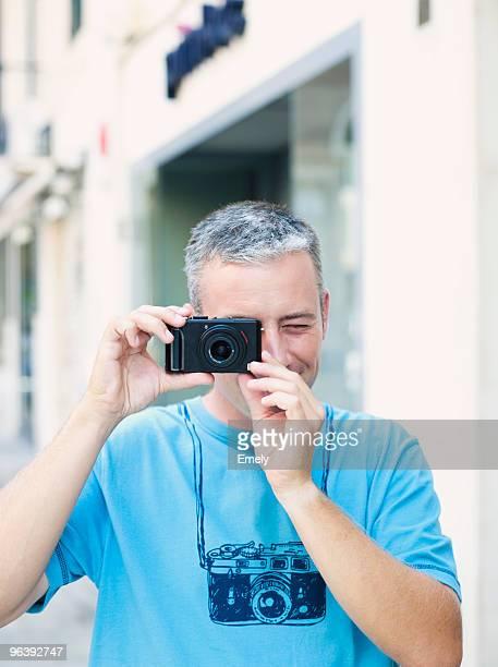 man using camera - alleen één mid volwassen man stockfoto's en -beelden