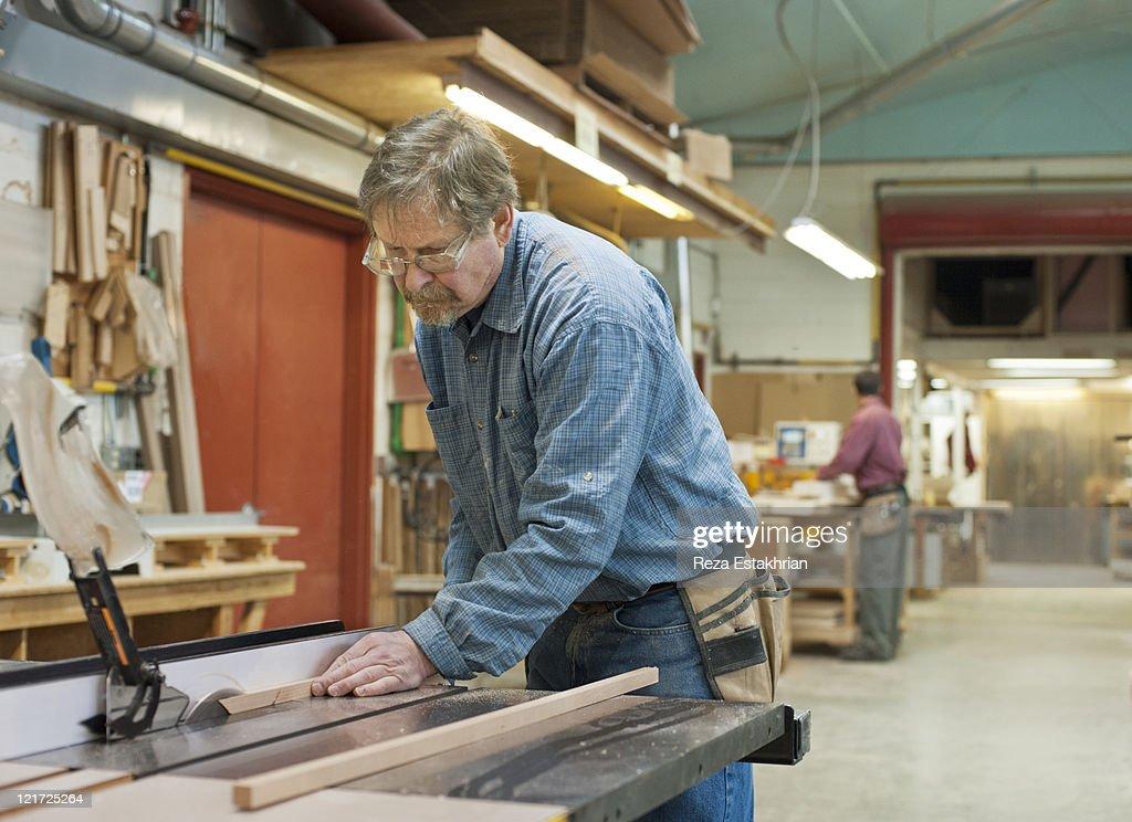 Man using circular saw : Stock-Foto