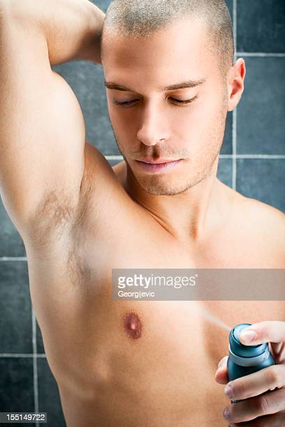 Homem usando Desodorizante