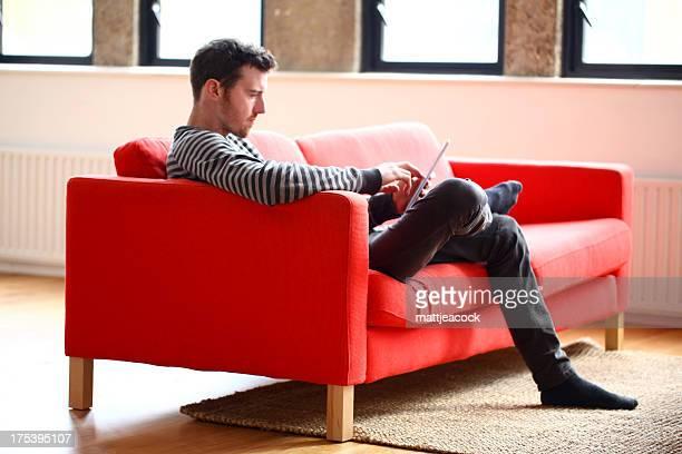 Homme à l'aide de Tablette numérique
