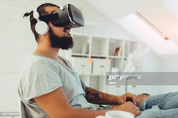 Homme à l'aide de sa réalité virtuelle des lunettes.