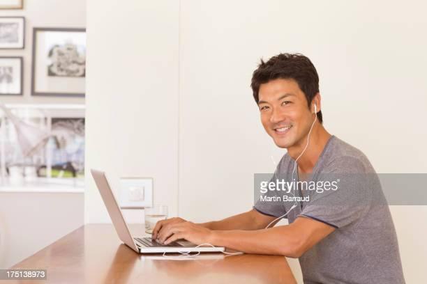 男性のノートパソコンでのテーブル