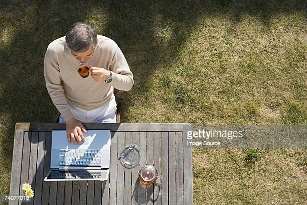 man using laptop computer - alleen seniore mannen stockfoto's en -beelden