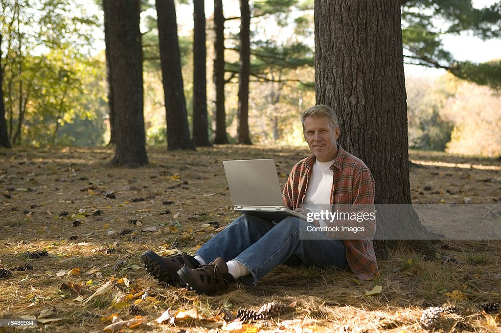 Man using laptop outdoor : Stockfoto