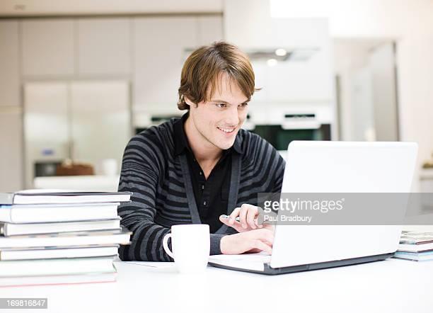 Hombre usando computadora portátil