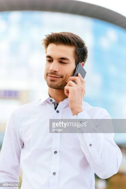 路上で携帯電話を使用している人