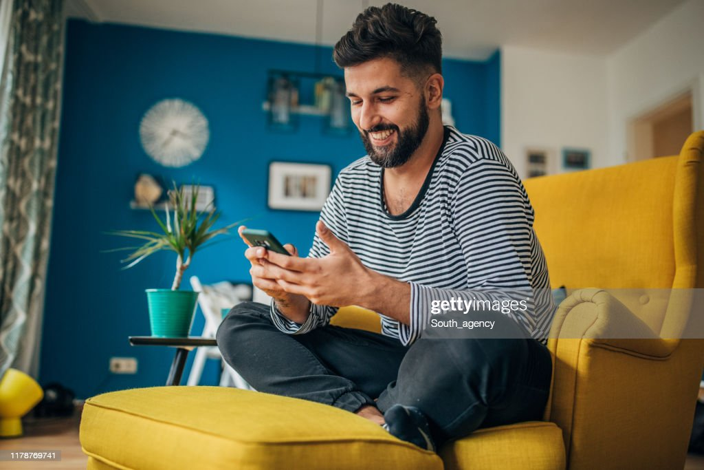 Homem que usa o telefone : Foto de stock