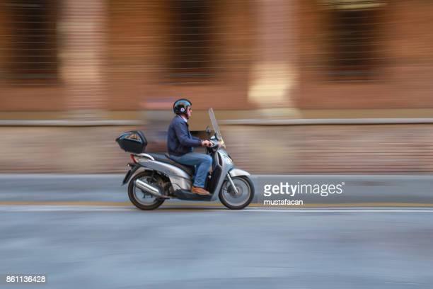 homem usando scooter na cidade - moped - fotografias e filmes do acervo