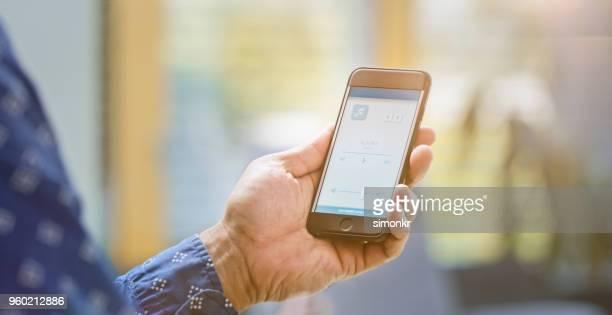 男性のスマートフォンを使用して - コントロール ストックフォトと画像
