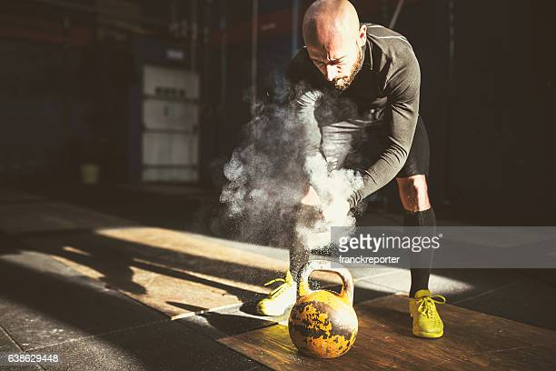 man using the kettlebell
