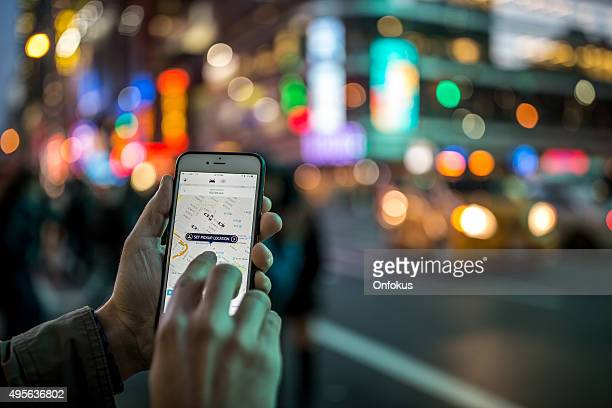 Homme avec l'appli Uber Taxi sur Iphone à New York City