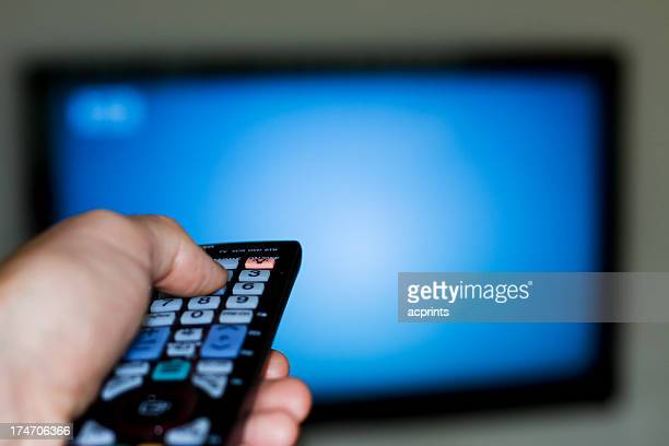 Homme avec téléviseur à télécommande