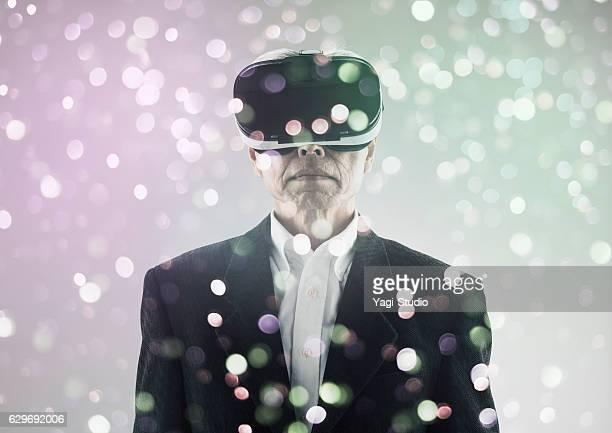 Homme à l'aide de casque de réalité virtuelle