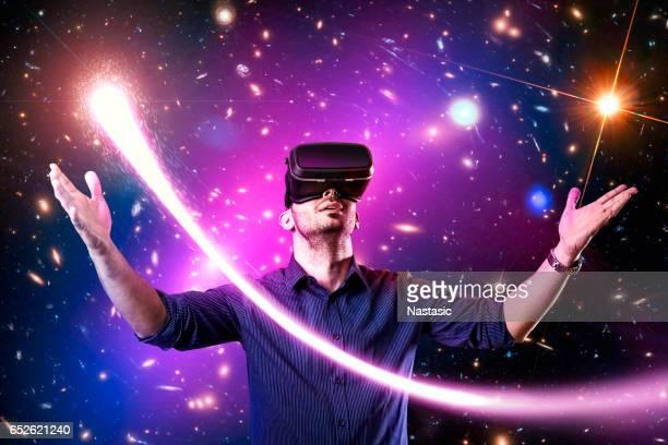 En utilisant le casque de réalité virtuelle avec l'homme