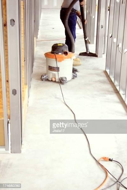 Mann Vacuuming einer Baustelle