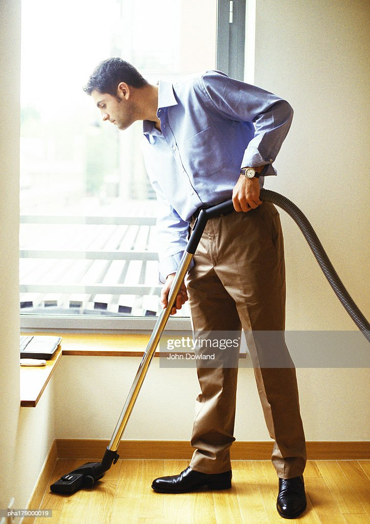 Man vacuuming : ストックフォト