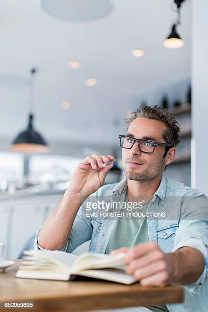 man vaping ( e-cigarette ) in a coffeehouseuse