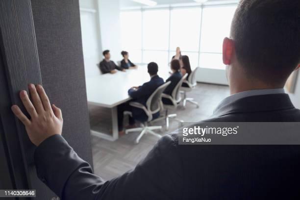 オフィスで進行中の男性表示会議 - 運営委員会 ストックフォトと画像