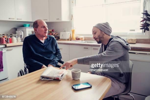 Mann besucht einen temporäre behinderten Freund und einer Tasse Kaffee.
