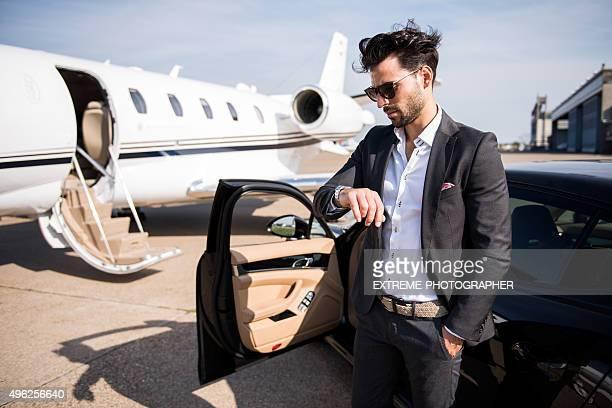 Homme en attente à l'aéroport