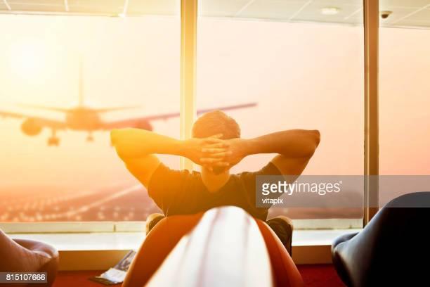 Hombre espera en el aeropuerto