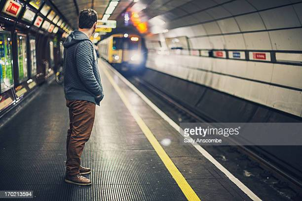 man waiting for a train - liverpool england - fotografias e filmes do acervo