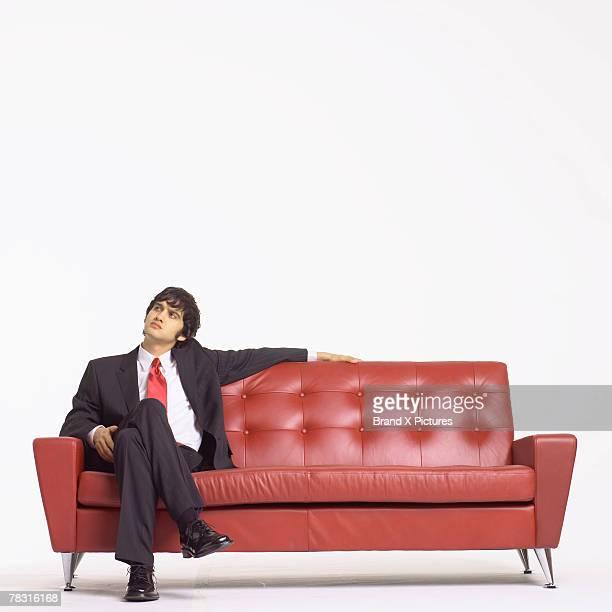 man waiting on couch - só um homem - fotografias e filmes do acervo