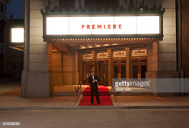 man waiting on the red carpet - estreno fotografías e imágenes de stock