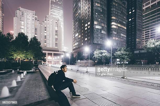 man waiting something at city night - farola fotografías e imágenes de stock