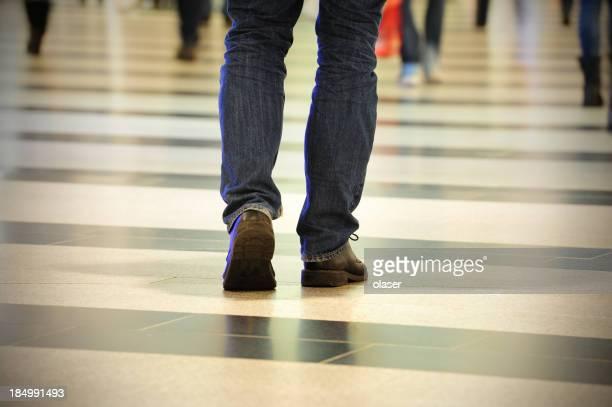 Homme marchant sur feu vif