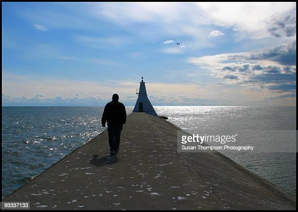 man walking  alone - チャタム ストックフォトと画像