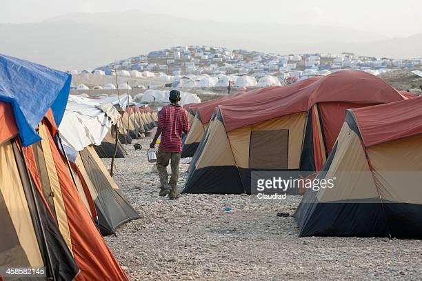hombre caminando entre tiendas - paisajes de haiti fotografías e imágenes de stock