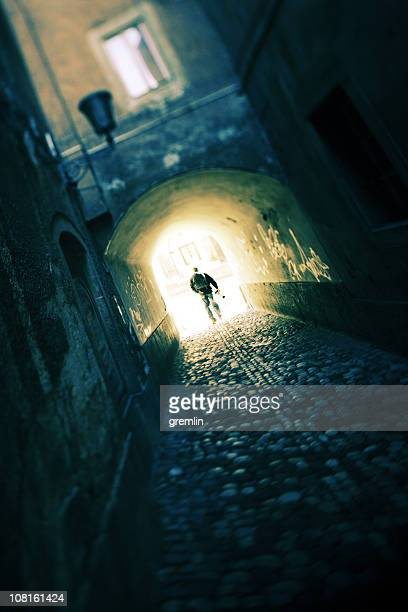 Hombre caminando por el pasillo