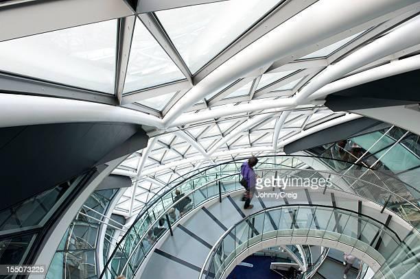 Mann zu Fuß auf der Wendeltreppe